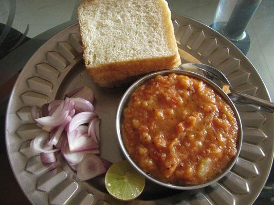 Mittelklassebegrüßungsessen bei unseren zweiten Gastgebern in Mumbai. Zuviel Ghee (Butterschmalz) zu den Kichererbsen. Hat irgendwie nach Ziege geschmackt, aber wir gaben gute Mine zum...