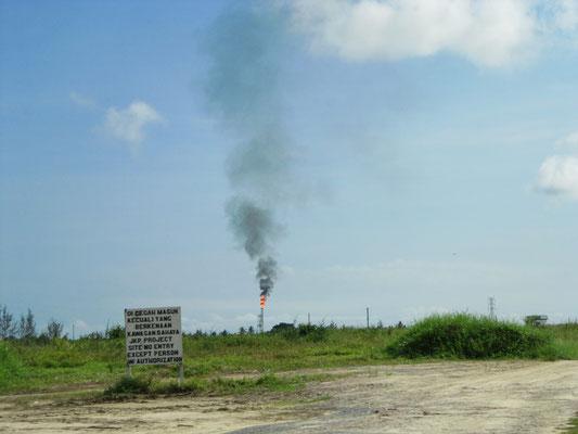 Brennende Bohrtürme. Ein typischer Anblick in Kuala Belait.