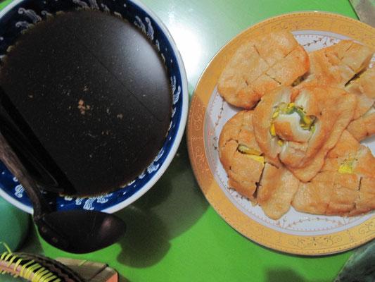 Mehr Cholesterin! Frühstück im Elternhaus unseres Gastgebers. Es gab frittierte Riesenfischfrikadellen mit halben Eiern und einer süß-pikanten Soße.