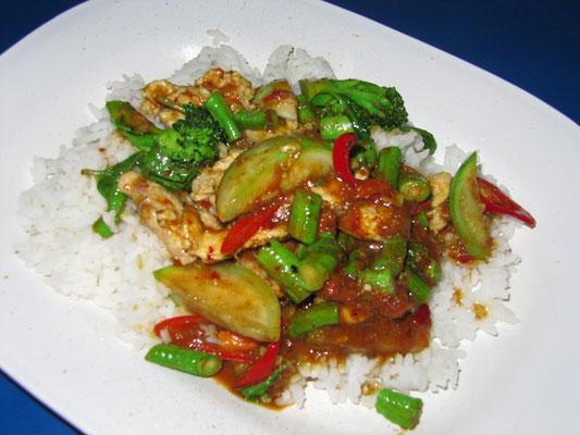 Rotes Curry mit Hühnchen auf Reis.