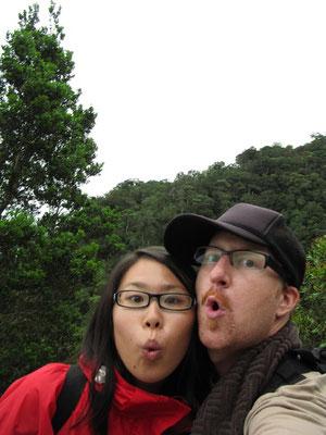 Wir mit dem deutlich zu erkennenden Mt. Kinabalu (höchster Berg Borneos) im Hintergrund.