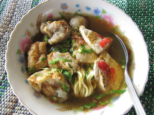 Mie Bakso & Fishcake am Strand.