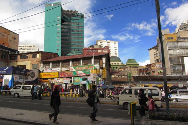 La Paz ist mit etwa 800.000 Einwohnern die zweit größte Stadt Boliviens und gleichzeitig auch Regierungssitz des Landes. Sie liegt in den Anden, auf einer Höhe von 3.100 bis 4.100 m ü. NN.