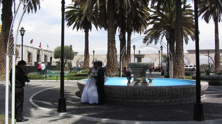 Am Aussichtsplatz Yanahuara lassen sich viele Frischvermählte fotografieren.