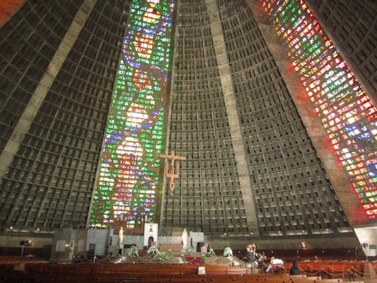 Die Höhe des konischen modernistischen Gebäudes beträgt 96 Meter, der Durchmesser am Grund 106 Meter. Das Fassungsvermögen wird mit 20000 Personen angegeben.  2013 findet der Weltjugendtag in Rio de Janeiro statt.