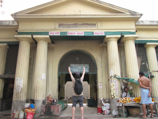Eingang zum Baba-Ghat, einem der heiligsten Waschungsplätze in Kolkata.