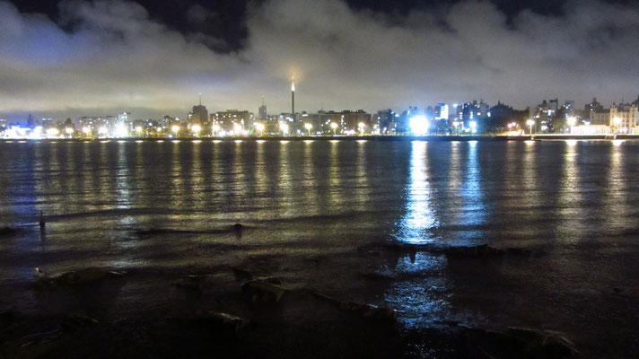 Blick auf den Rio de la Plata bei Nacht von der Rambla aus.