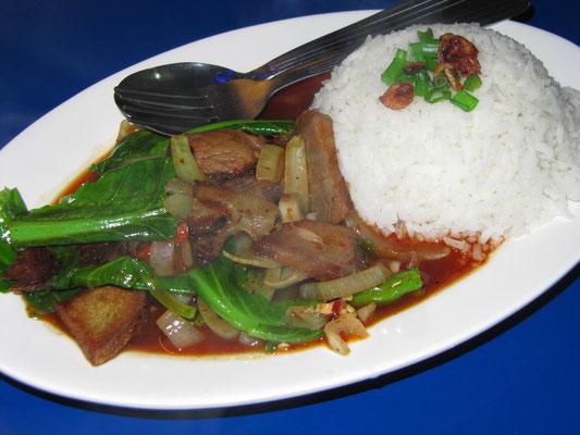 Gebratenes Rindfleisch mit Gemüse und Reis.