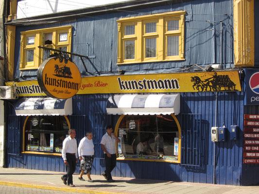 Kunstmann ist überall. Kein Wunder, denn das deutsch-chilenische Bier aus Valdivia gilt als das beste Bier Chiles. Leider sehr teuer.