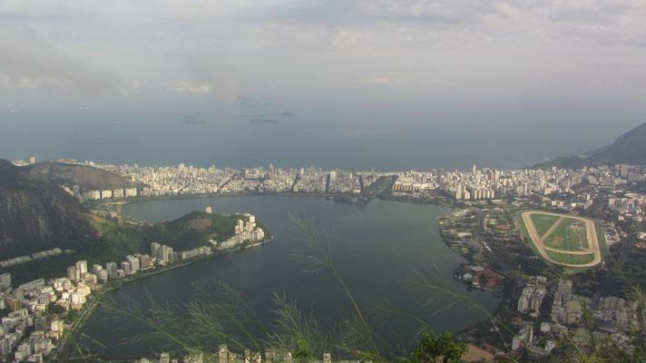 """Die Lagoa Rodrigo de Freitas, umgangssprachlich eifach  """"Lagoa"""" genannt ist eine Lagune und ein Distrikt in der Lgoa, Zona Sul (Südzone) der Stadt. Die Lagune ist durch einen künstlichen Kanal mit dem Atlantik verbunden."""