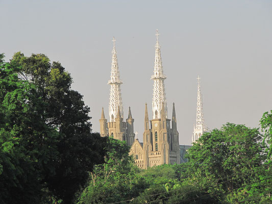 Die Katholische Kathredale steht gegenüber der Istiqlal-Moschee.