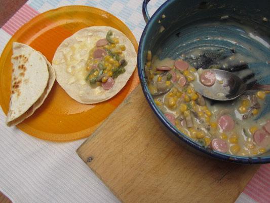 Tortillas und Sahnegemüsesoße mit Wursteinlage.