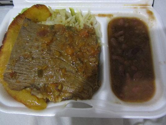 Geschmortes Fleisch mit Beilagen.
