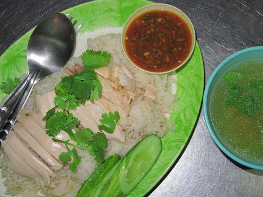 Gebratenes Hühnchen auf Reis mit Koriander, dazu Ingwer-Knoblauchsoße & Hühnerbrühe.