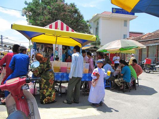 Getränkeverkäufer vor der Masjid Negara (Staatsmoschee).