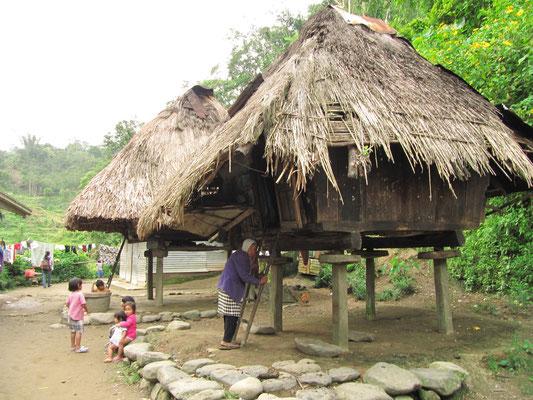 Eingeborene eines kleinen Dorfes vor dem Betreten ihres Hauses.