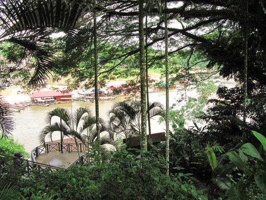 Blick von der Seite des Taman Negaras über den Fluss auf die Seite des Dörfchens.
