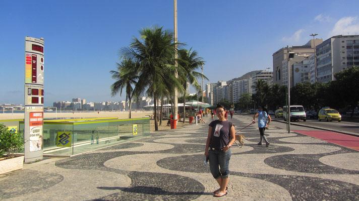 Je nach Stranabschnitt sind die Bürgersteige in verschiedenen Mustern gepflastert. (Copacabana)