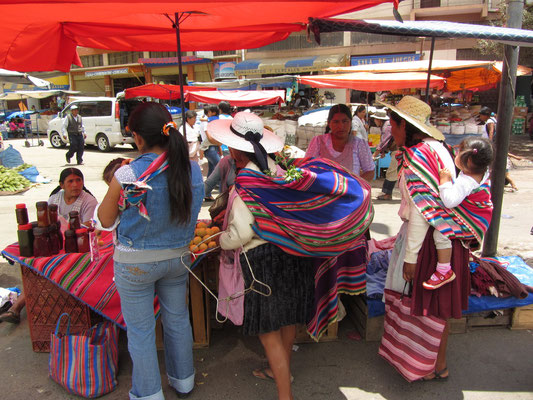 """Die Ursprünge der """"Cancha"""" gehen auf Zeiten noch vor der Gründung der Stadt Cochabamba zurück. Schon damals war die """"Cancha"""" der Ort, an dem unzählige soziale und praktisch sämtliche Handels- und Geschäftsaktivitäten stattfanden."""