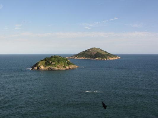 Kleine Inseln vor Rio de Janeiro im Atlantik.