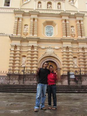 Luis und Chihi vor der Kathedrale am Plaza Morazan (oft Parque Central genannt).