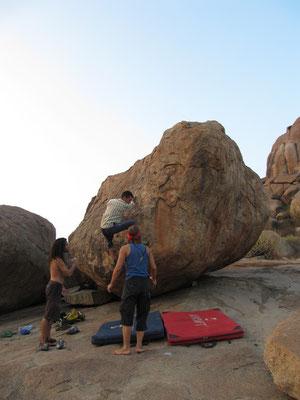 Boulder-Experte beim besteigen eines Steins.