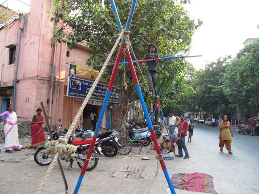 Zirkusfamilie bei ihrer Arbeit auf der Straße.