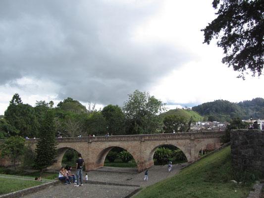 Die 178 m lange Puente del Humilladero verbindet den einst reichen südlichen Teil Popayans dem ärmeren Norden.