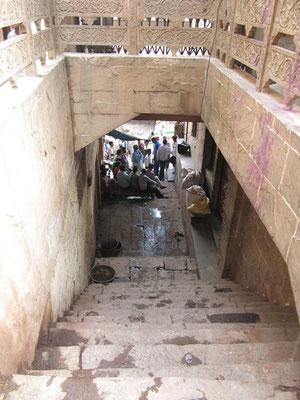 Runter geht's zum Manikarnika Ghat. Hier werden Leichen rund um die Uhr verbrannt und hier haben wir auch gewohnt.