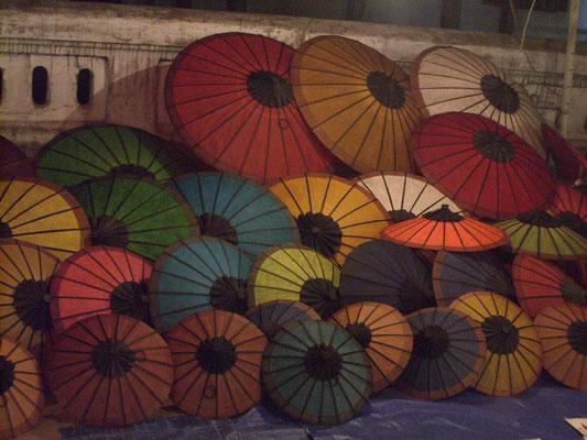 Papierschirme auf dem Nachtmarkt.
