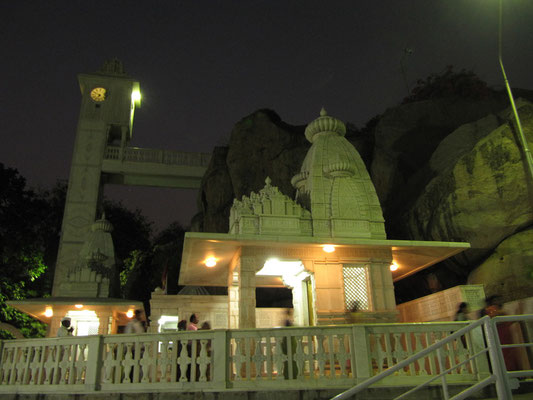 Der Birla-Tempel nach Sonnenuntergang.