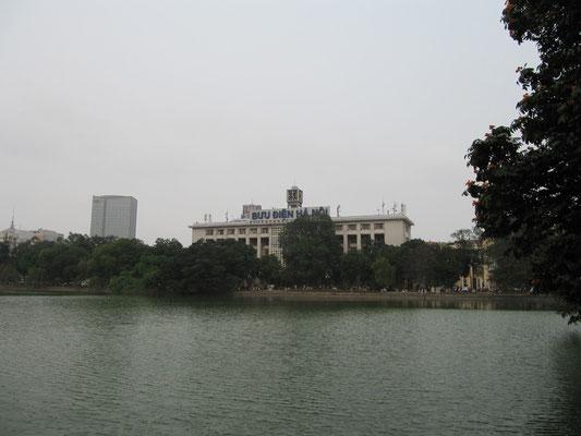 Hoan-Kiem-See mit dem Hauptpostamt im Hintergrund.