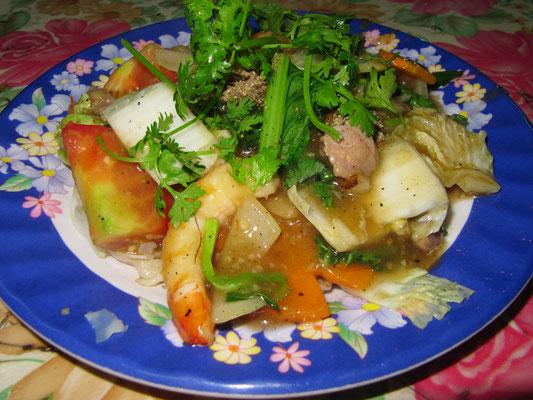 Rindfleisch-Garnelen-Gemüse-Nudeln.
