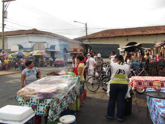 Unsere Grill-Mama vor dem Zentralmarkt.