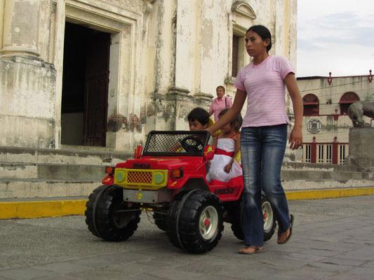 Vor der Kathedrale. Da das Auto keinen Motor hat muss es vom Vermieter gezogen werden.