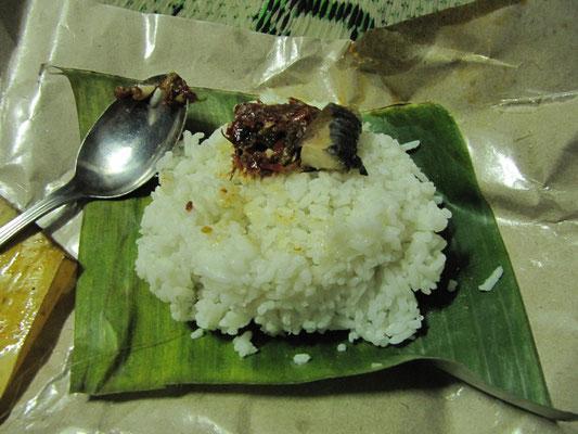 Chihis Mini-Straßensnack. Reis mit einem Kleks Fischfilet.