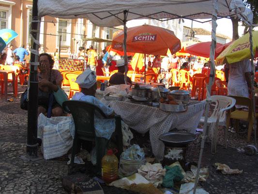 Verkäuferin in traditioneller Tracht.