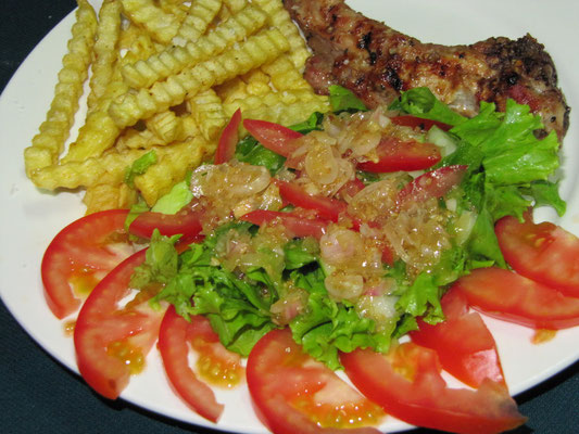 Sparerib mit Pommes Frites & Salat mit Zwiebel-Senf-Dressing.