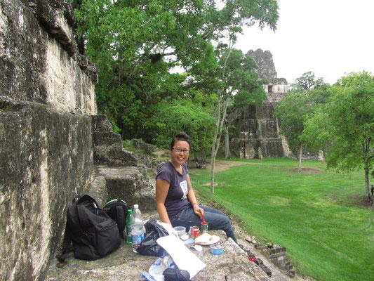 Wer einen ganzen Tag durch den Dshungel marschiert und auf Tempel klettert braucht viel Kohlenhydrate. Viele Besucher ermüden frühzeitig, weil sie gar nicht oder mangelhaft ihren Körper mit geeigneter Nahrung versorgen :)