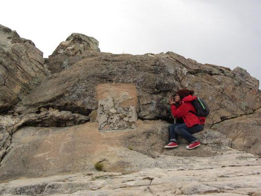 """Der Legende nach ist der erste Inka, Manco Cápac, über einen Felsen auf der Sonneninsel (""""Titi-Karka"""", oder """"Puma-Felsen""""; """"karka"""" = Stein, Felsen) auf die Erde gestiegen."""