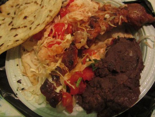 Tortillas mit Tomaten-Krautsalat, gegrilltem Hühnchen und Frijoles refritos.