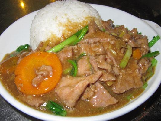 Gebratenes Rindfleisch mit Gemüse & Reis.
