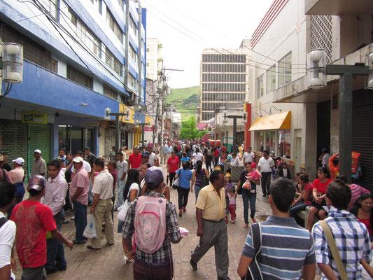 Eine der Haupteinkaufsstraßen von Tegus.