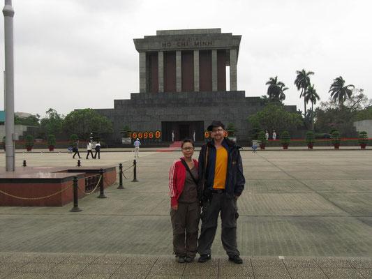 Wir vor dem Mausoleum.