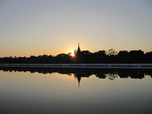 Sonnenuntergang am Wassergraben. (Mandalay Palast)