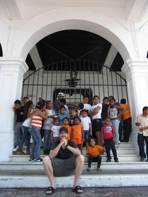 Die Schule und ihr Lehrer vor dem heutigen Amtssitz des Präsidenten von Panama. (Casco Antiguo)