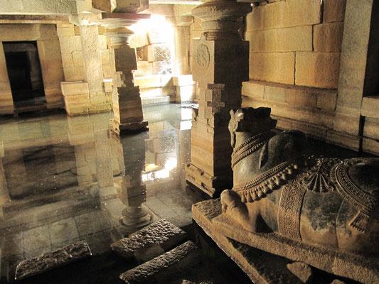 Im unterirdischen Virupaksha-Tempel vor einer Nandi-Statue.