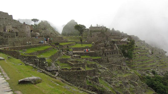 Der Nebel lichtet sich und offenbart einen unglaublichen Blick auf die Ruinen.
