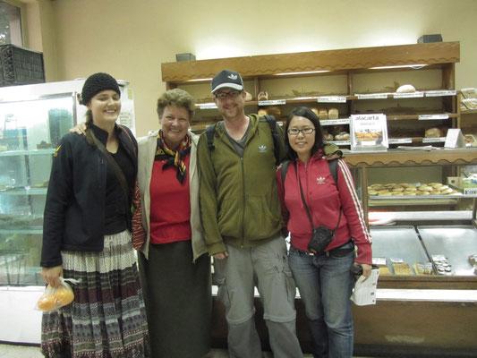 Freunde aus Bayern und der Schweiz in einer deutschen Bäckerei. Leider, wie sich im Laufe des anhaltenden Gesprächs herausstellte, handelte es sich bei den beiden um besonders überzeugte Zeugen Jehovas im Missionsdienst.