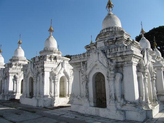Die pavillonartigen Tempel werden auch Stupas genannt. (Kuthodaw Paya)